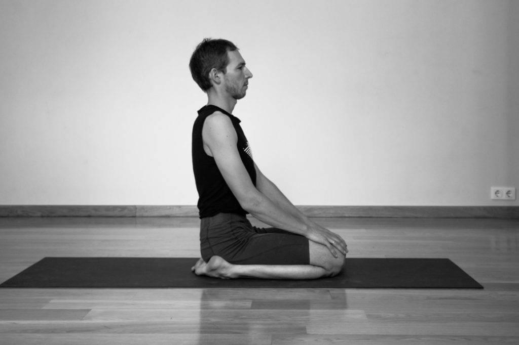 Бакасана (поза журавля) в йоге: правильная техника выполнения асаны, а также польза и противопоказания (с фото)