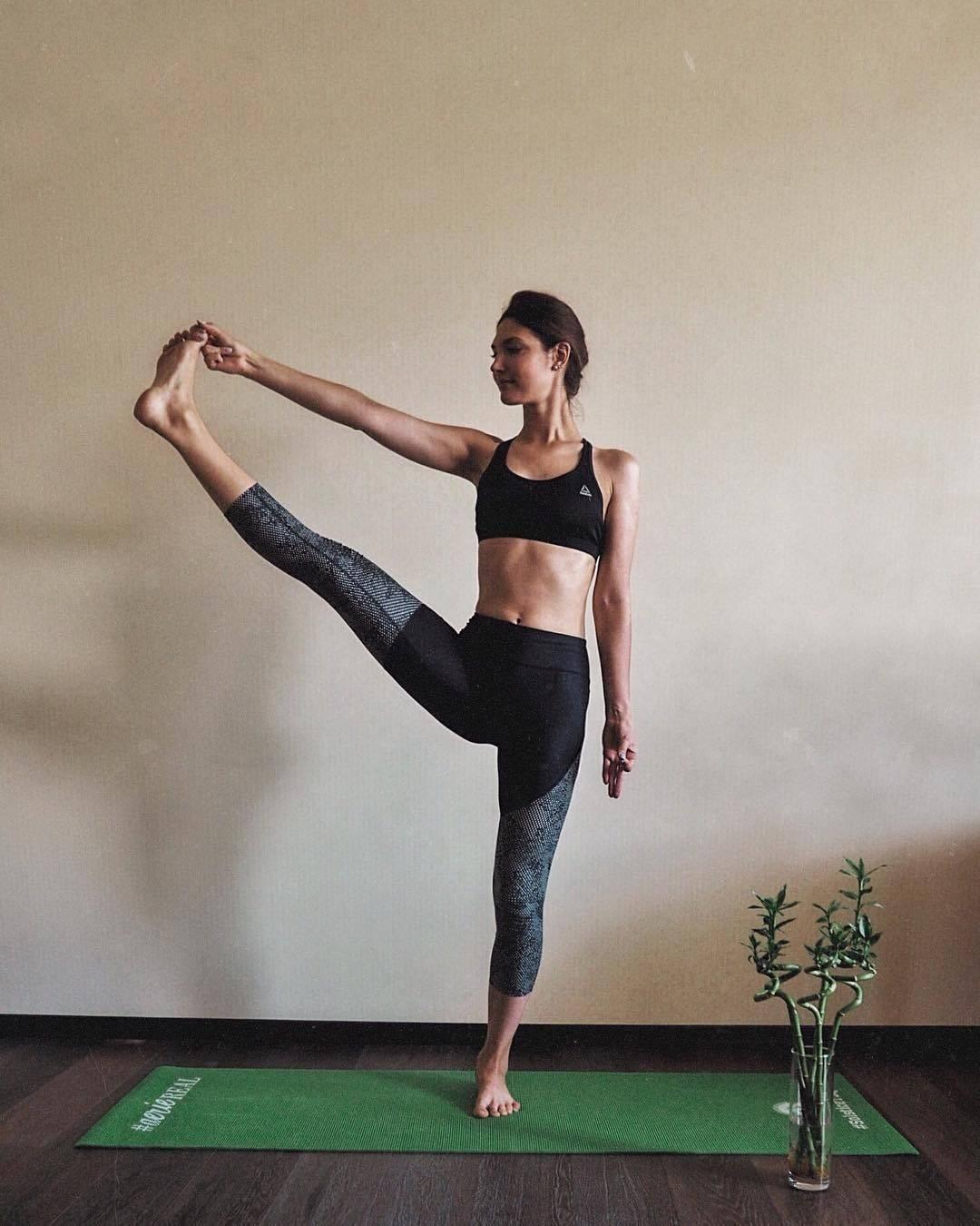 Вирабхадрасана 2 или поза героя 2 в йоге: техника выполнения, польза, противопоказания