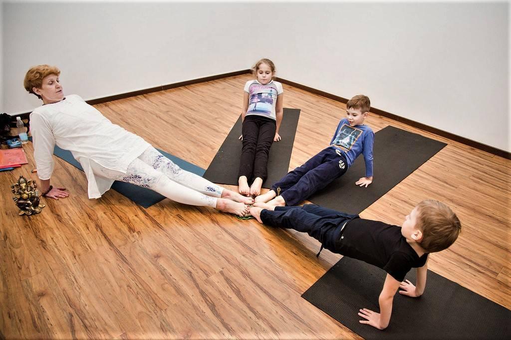Занятия йогой для детей дома и в детском центре