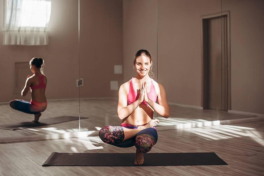 Бикрам-йога: 26 упражнений с подробным описанием и картинками, плюсы и минусы горячей йоги, противопоказания, что думают об этом врачи?