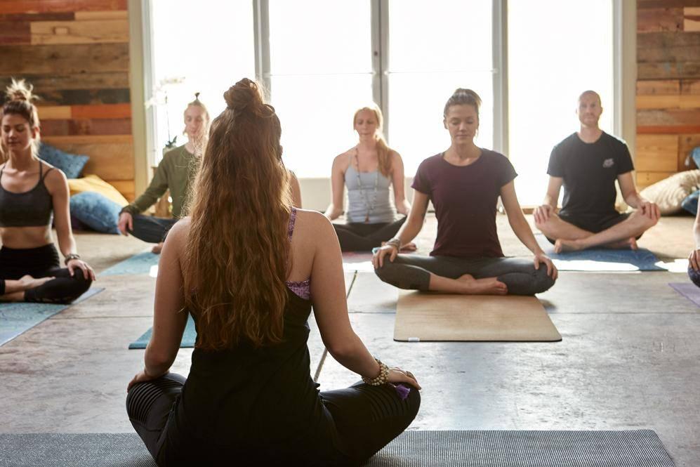 Йога для начинающих: история, первые занятия, советы мастера йоги