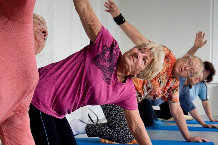 Чем полезна йога для пожилых и пенсионеров
