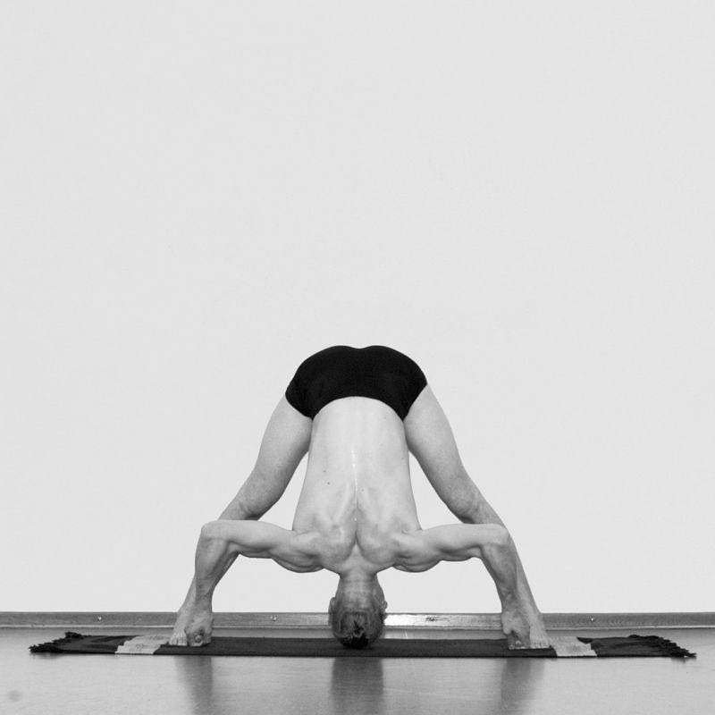 Йога для начинающих: 7 асан, которые научат владеть телом
