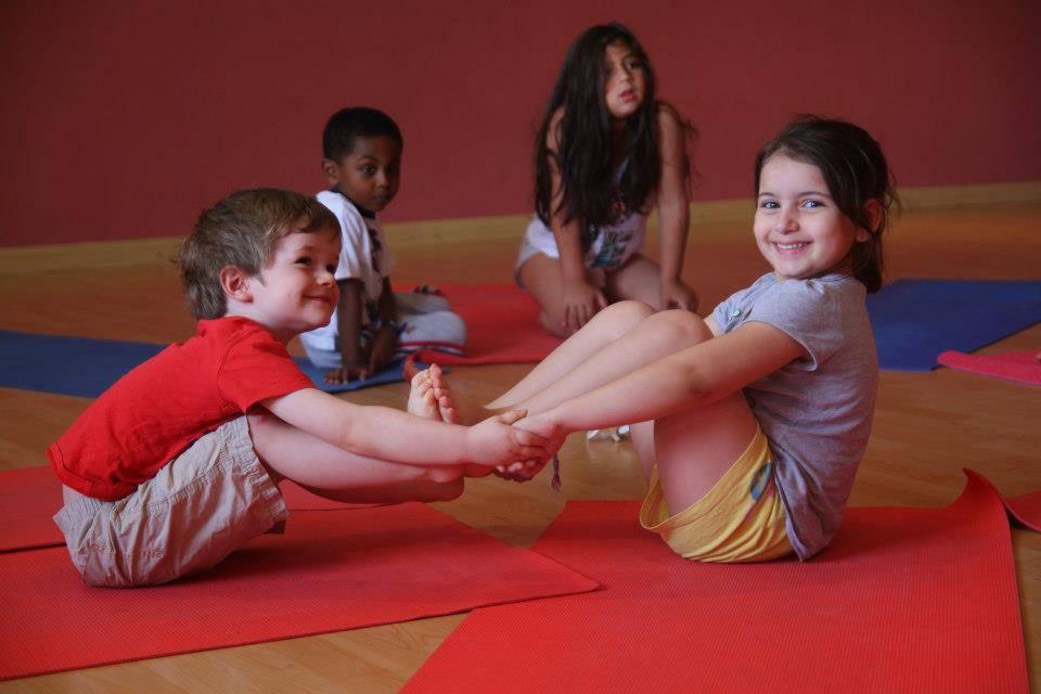 Йога для детей (19 фото): позы детской йоги для малышей 3-6 лет и детей 7-10 лет. польза и вред бэби-йоги - свами даши