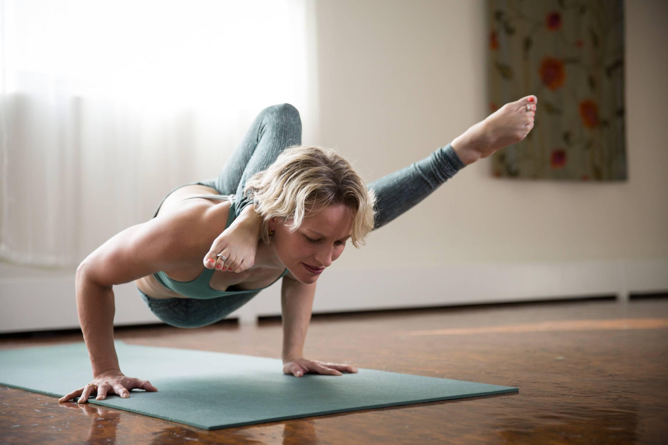 Йога для начинающих в домашних условиях — топ-10 лучших видео уроков на все случаи жизни