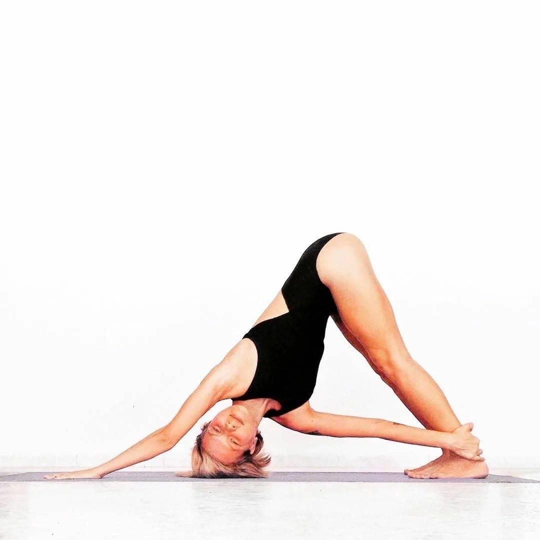 Утренняя йога для начинающих - комплекс упражнений на каждый день | студия йоги чакра