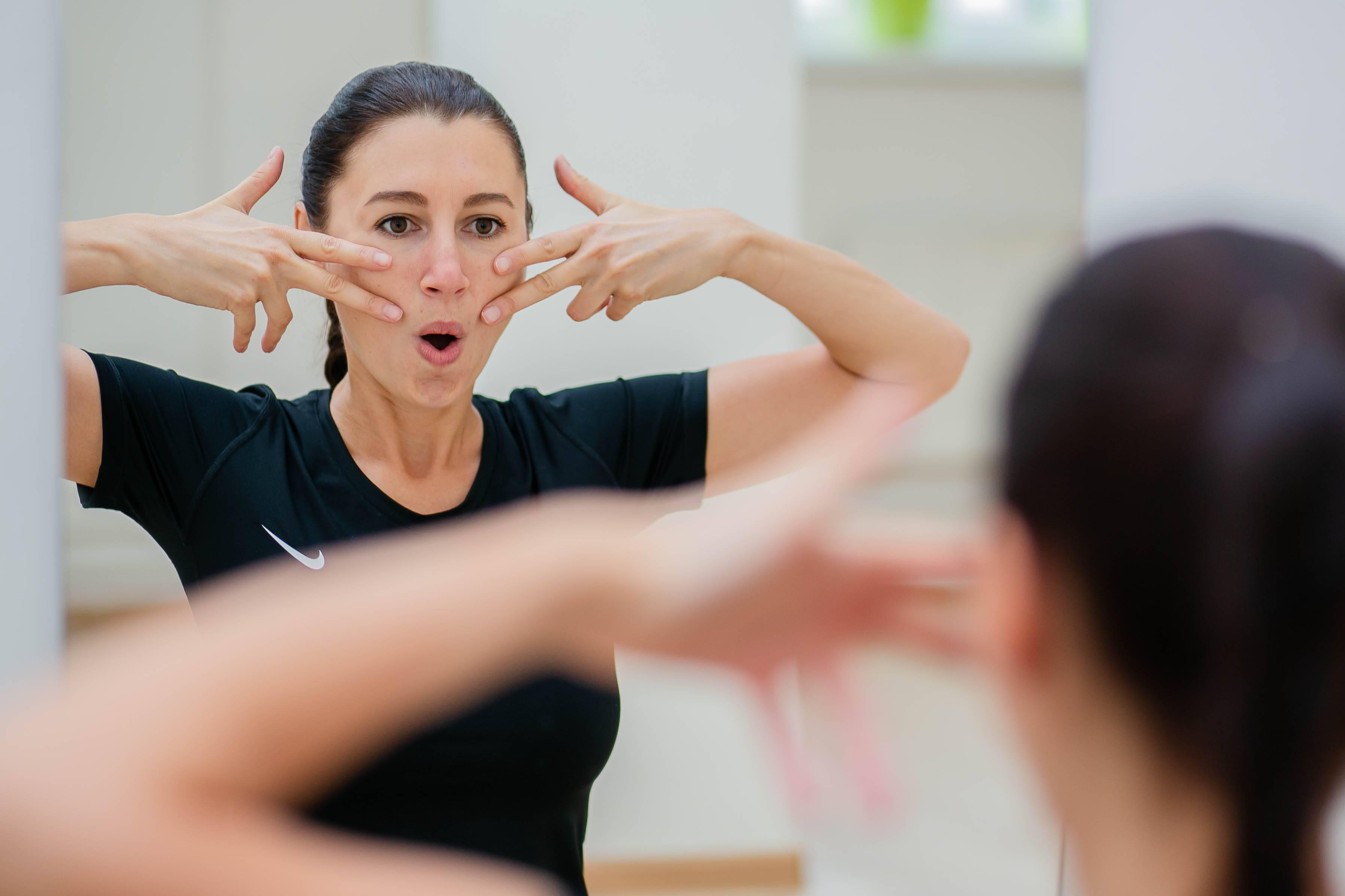Йога для лица: 6 упражнений помогут выглядеть как после процедур лифтинга   vivavita