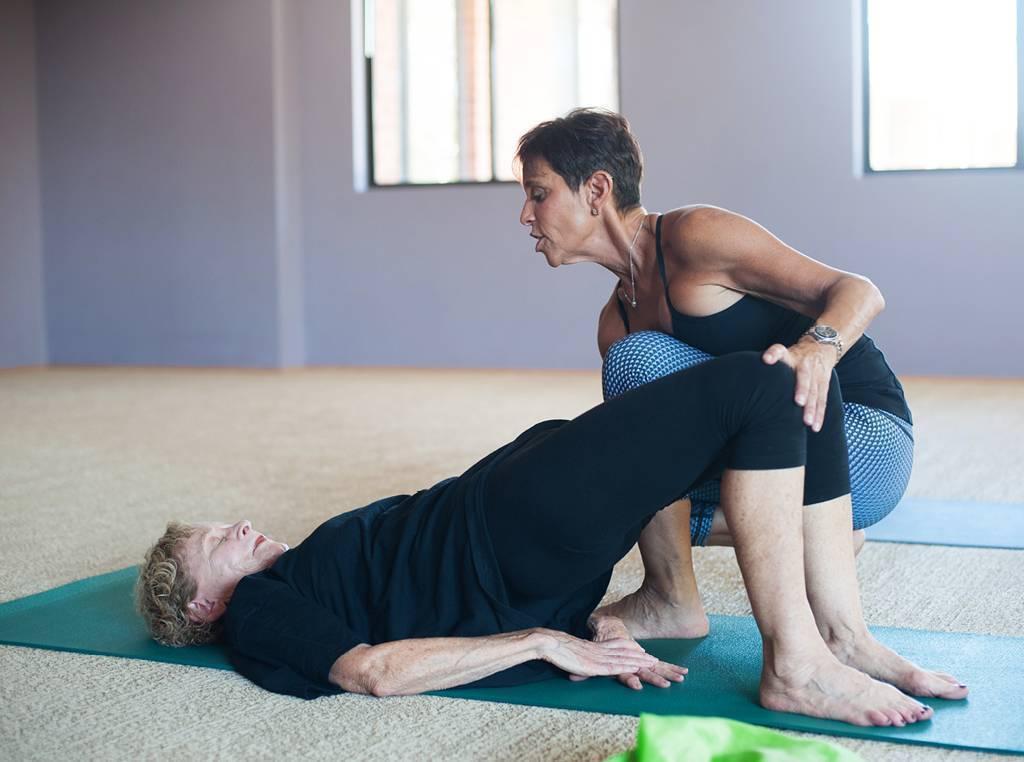 Йога при коксартрозе тазобедренных суставов: лечение, комплекс упржнений