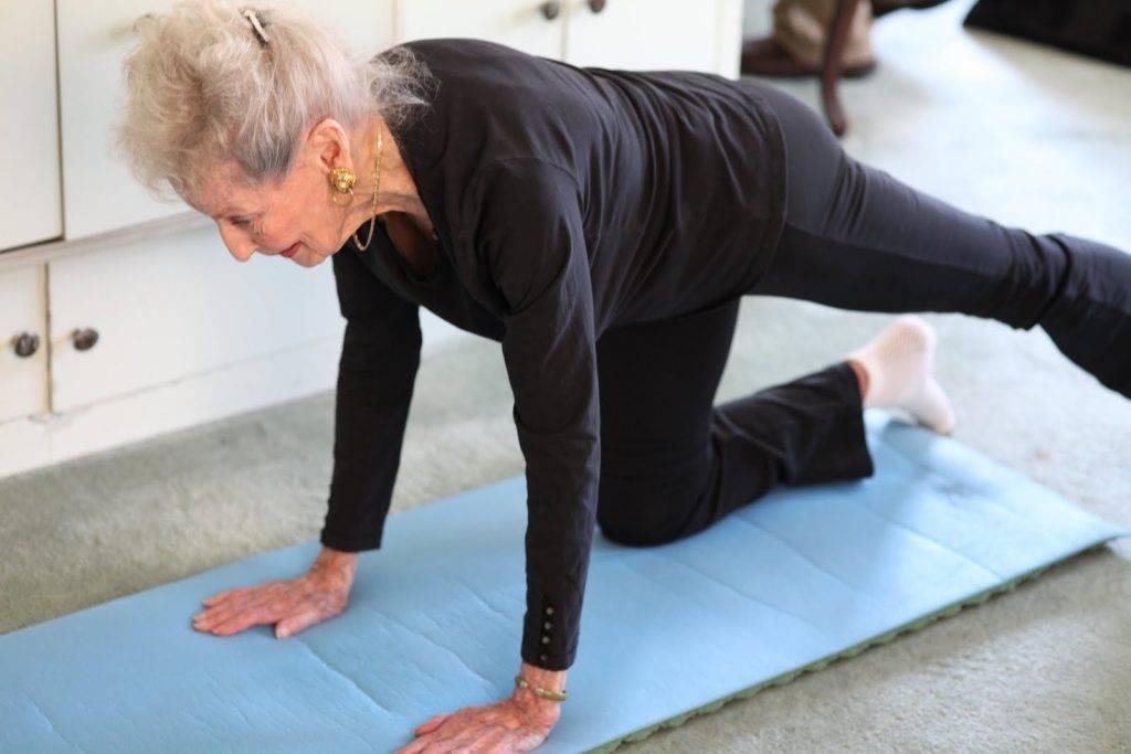 Йога для пожилых людей и пенсионеров: комплекс упражнений для начинающих, тех кому за 50 и 60