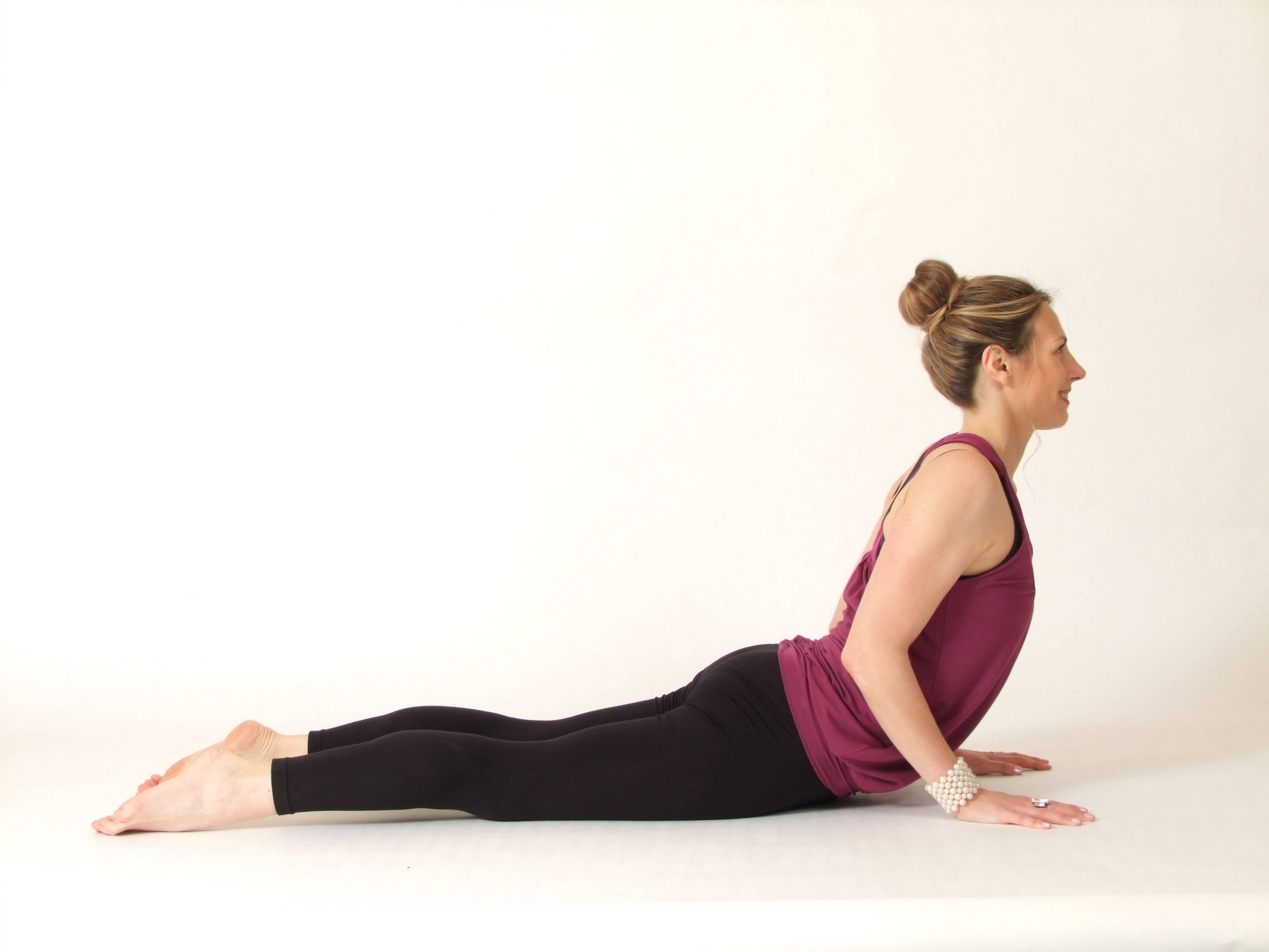 Бхуджангасана (поза кобры) в йоге: техника выполнения асаны, польза и противопоказания (с фото и видео)