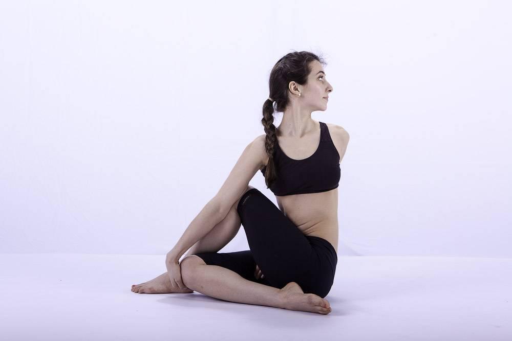 Поза змеи в йоге сарпасана: техника выполнения упражнения для позвоночника с фото