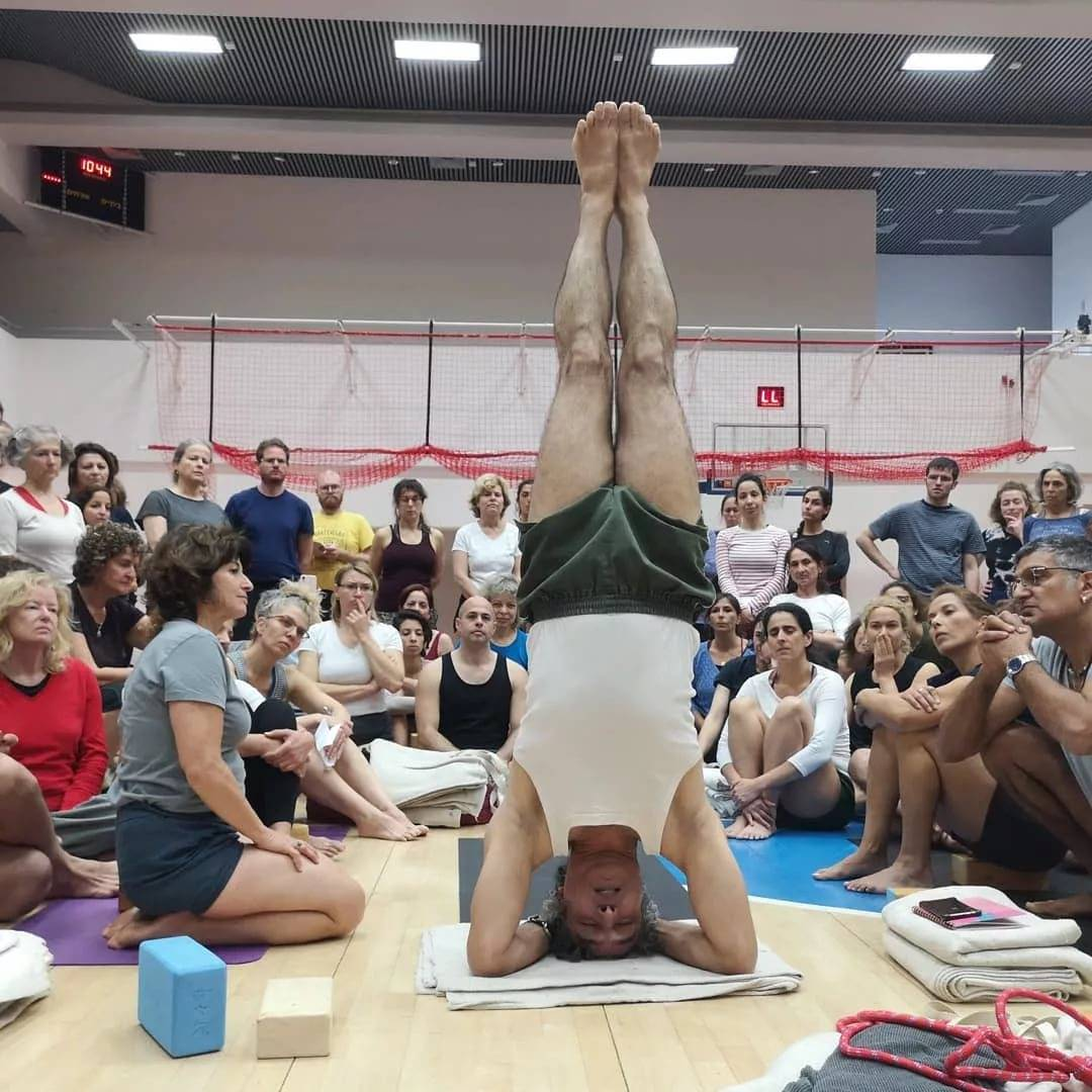 Бкс. человек, который научил йоге весь мир - жизнь в движении