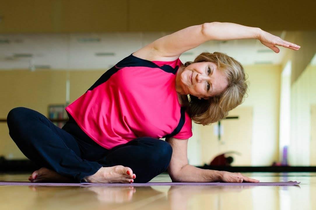 Йога для пожилых: особенности выполнения и обзор лучших курсов для людей старшего возрата
