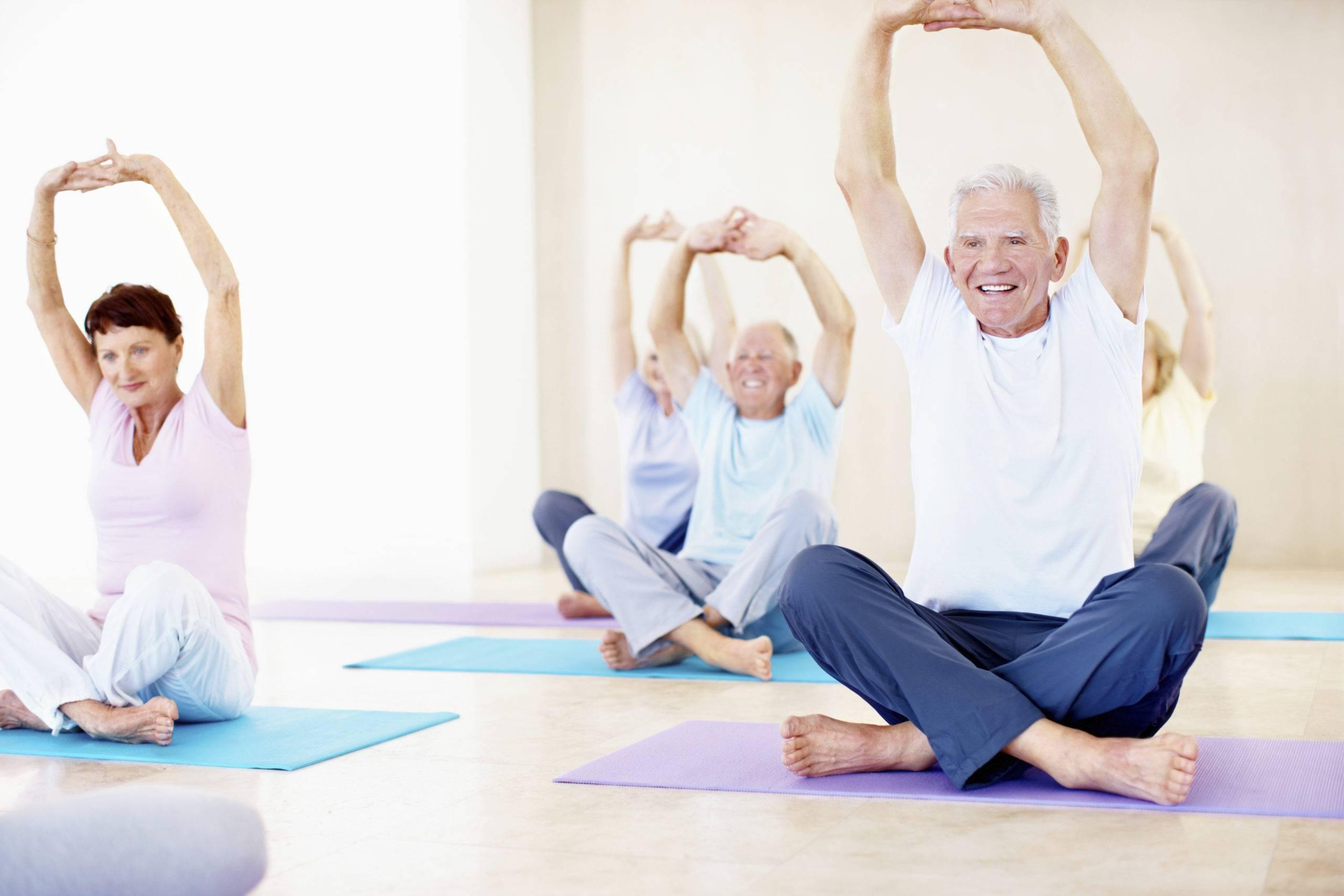 Йога для пожилых: комплексы упражнений для выполнения в домашних условиях - для начинающих, в 50 лет, в 60 лет, от артура паллаха, от бессонницы