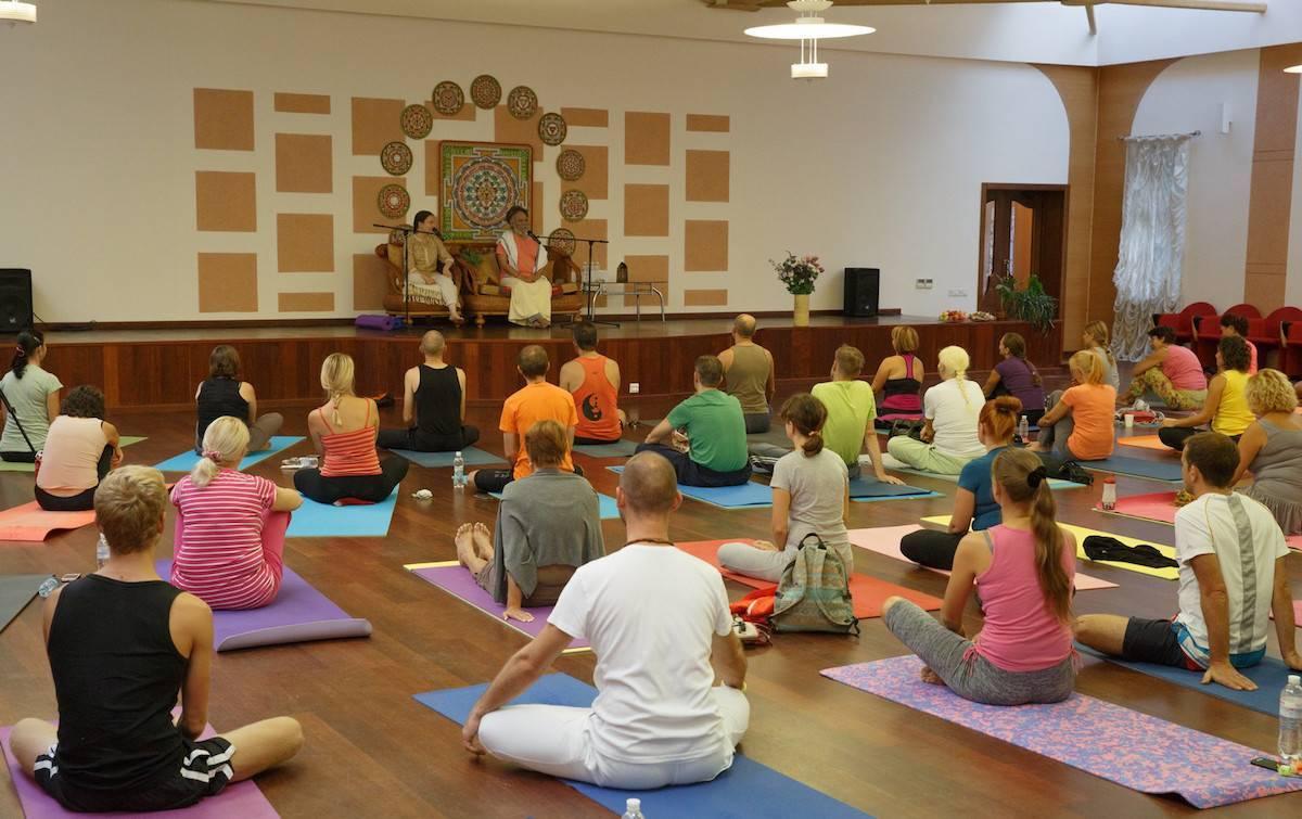 Йога для лица: подтяжка и омоложение с помощью упражнений