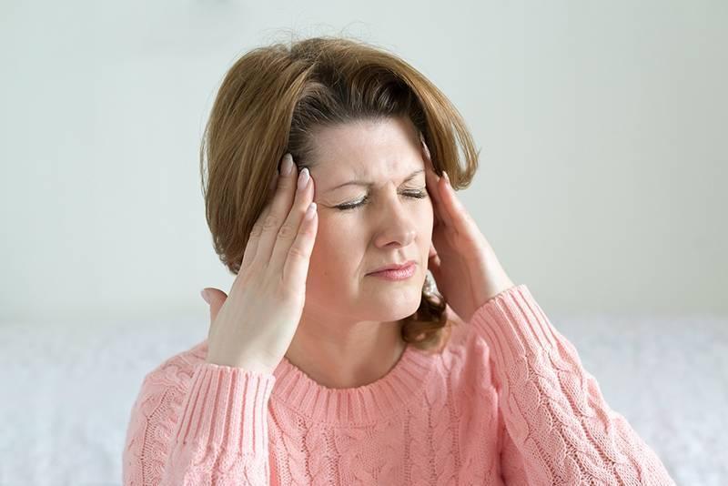 Почему сильно, немного и постоянно болит голова: причины, что делать - причины, диагностика и лечение