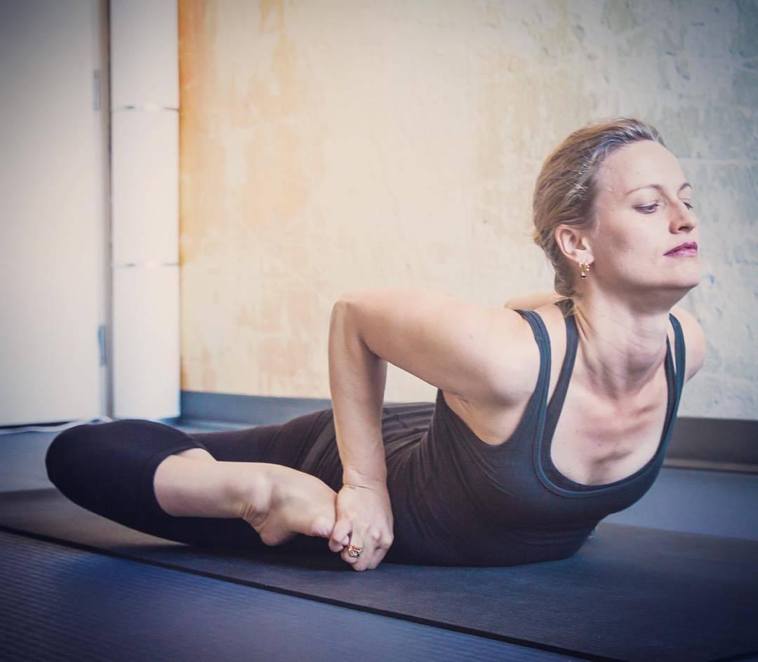 Бхекасана (поза лягушки) в йоге: польза и техника