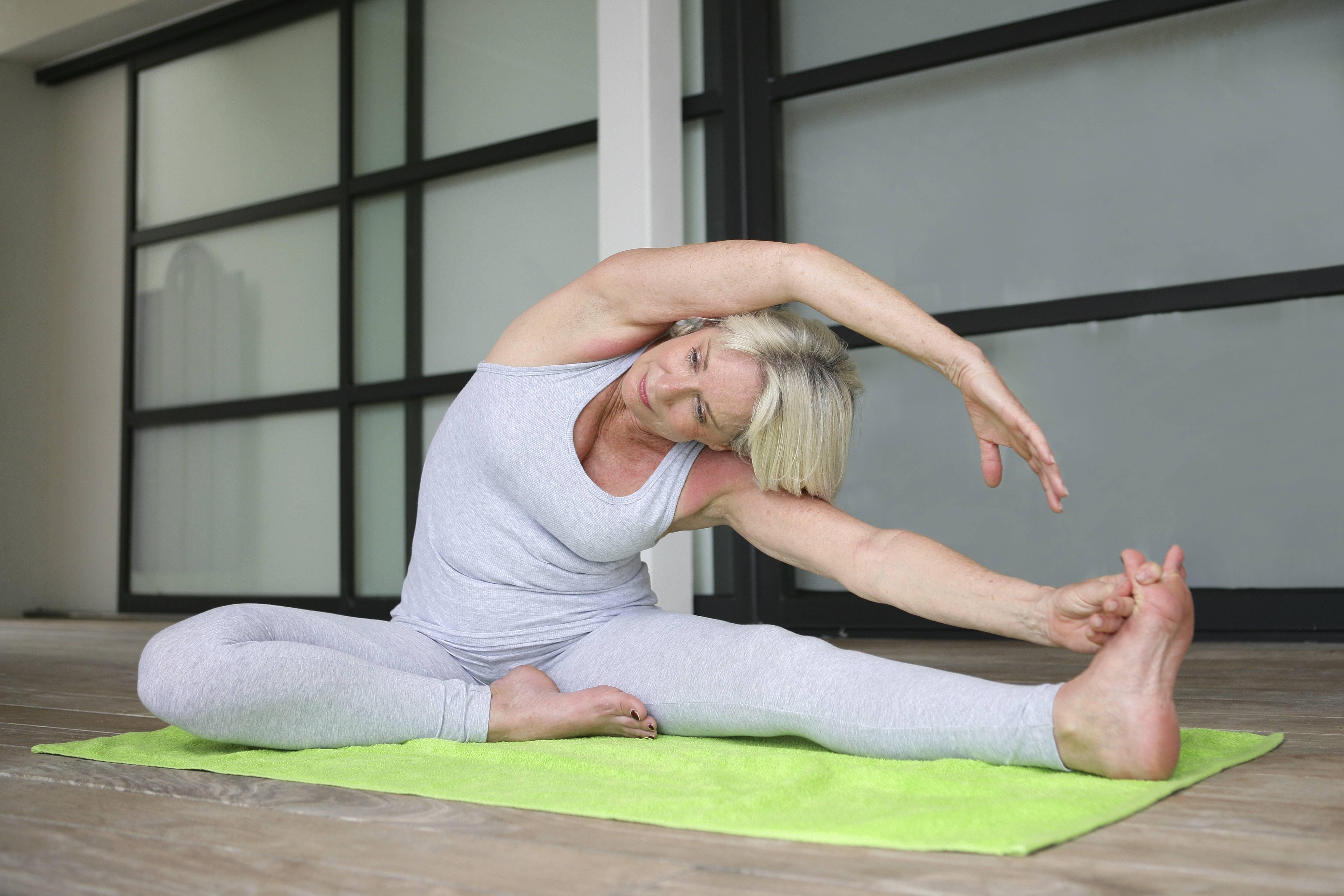 Йога при месячных: можно ли заниматься, какие асаны разрешены и запрещены во время критических дней