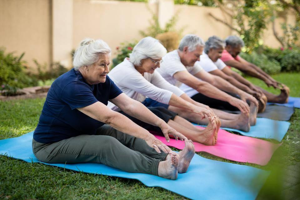 Йога для пожилых и пенсионеров: польза, противопоказания и рекомендованные позы