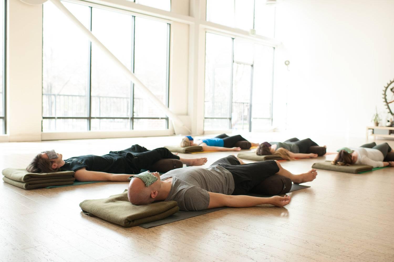 5упражнений йоги для снятия стресса | ваш спорт