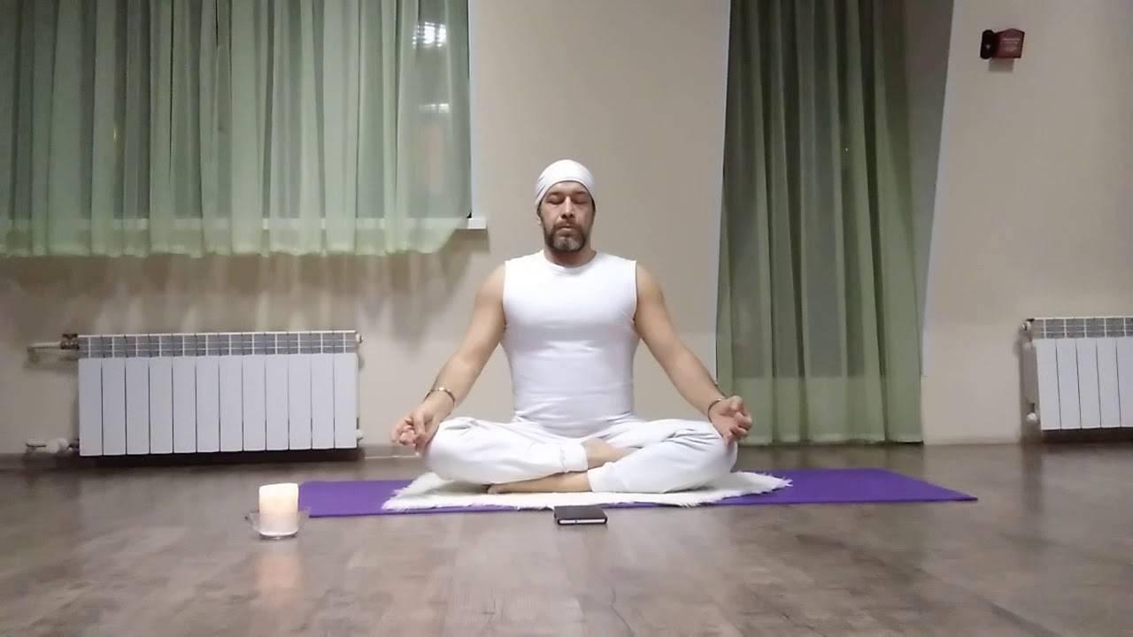 Техника выполнения уддияна бандхи: для начинающих, противопоказания и польза с видео