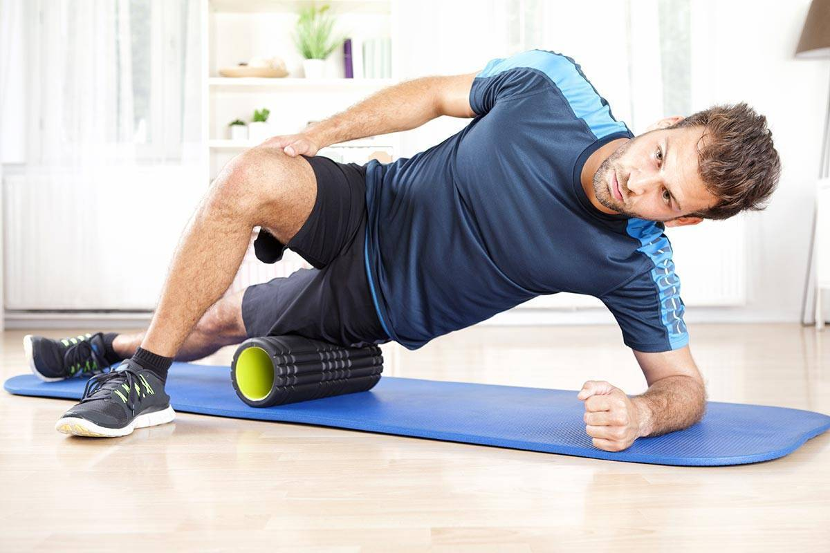Массажный валик: упражнения для ног и спины