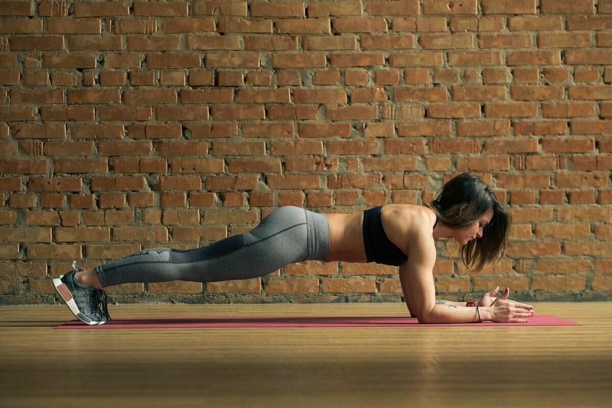 Динамические планки: техника и варианты упражнения из прямой и боковой стойки