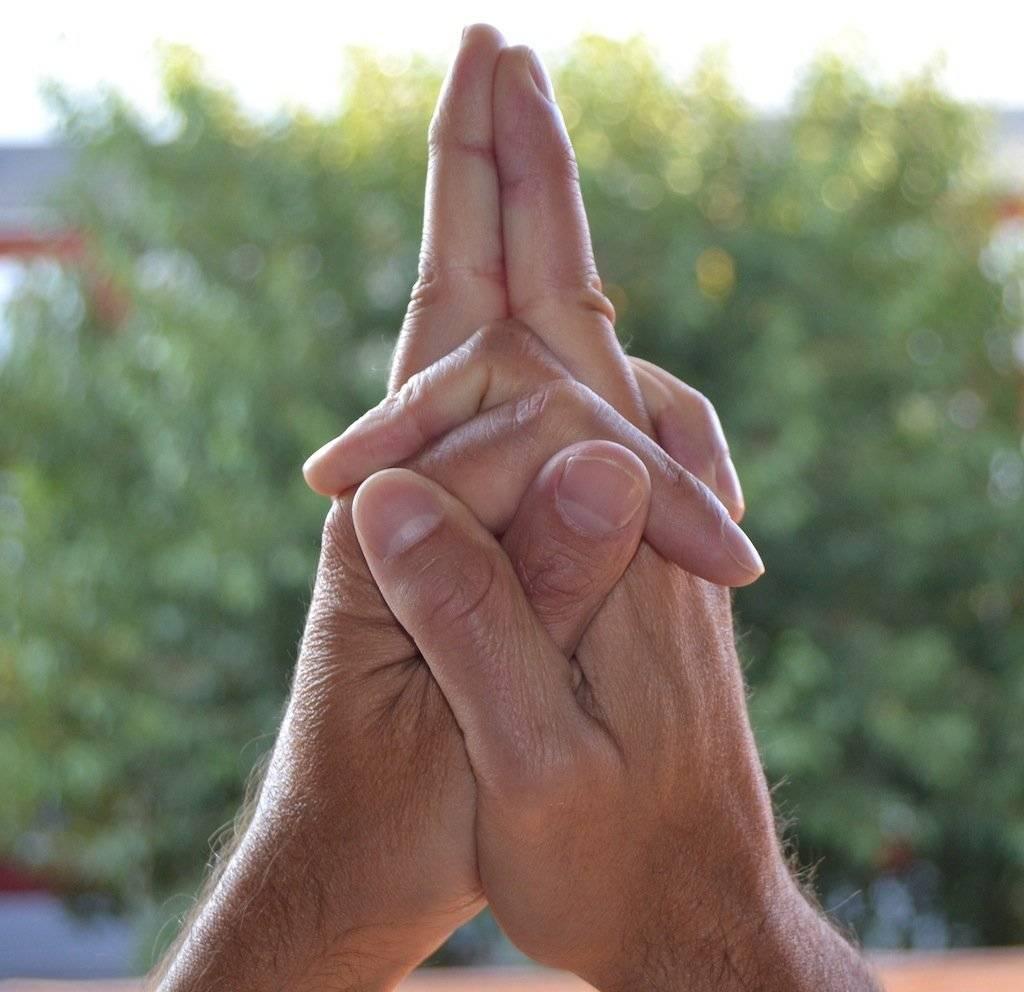 Активация чакр с помощью мудр: эффективная практика для каждого энергетического центра