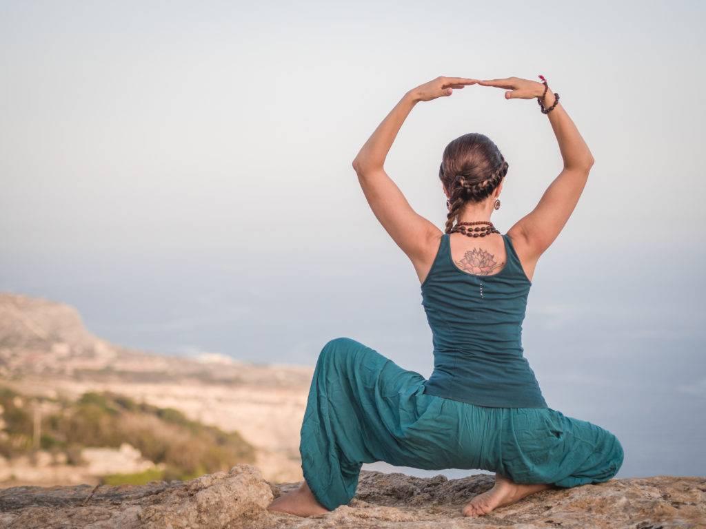Йога для лица: 2 упражнения для создания выразительных черт