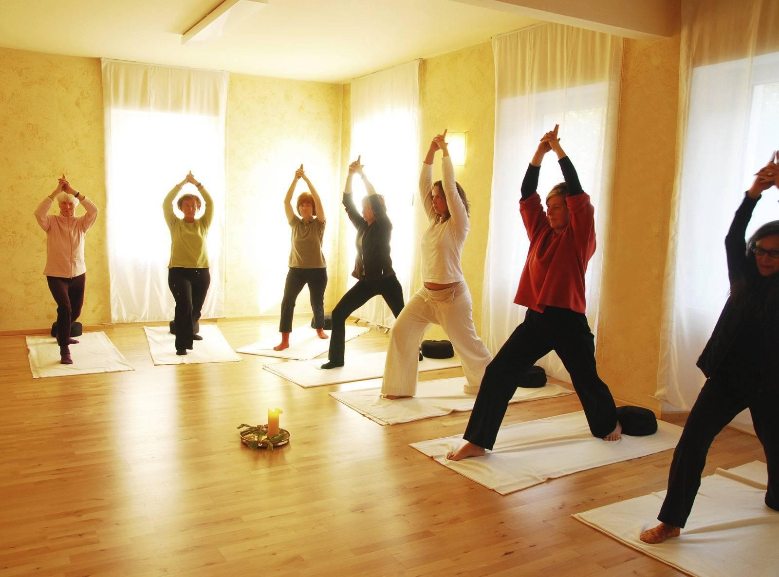 Йога для пожилых - простые асаны и комплексы упражнений с видео