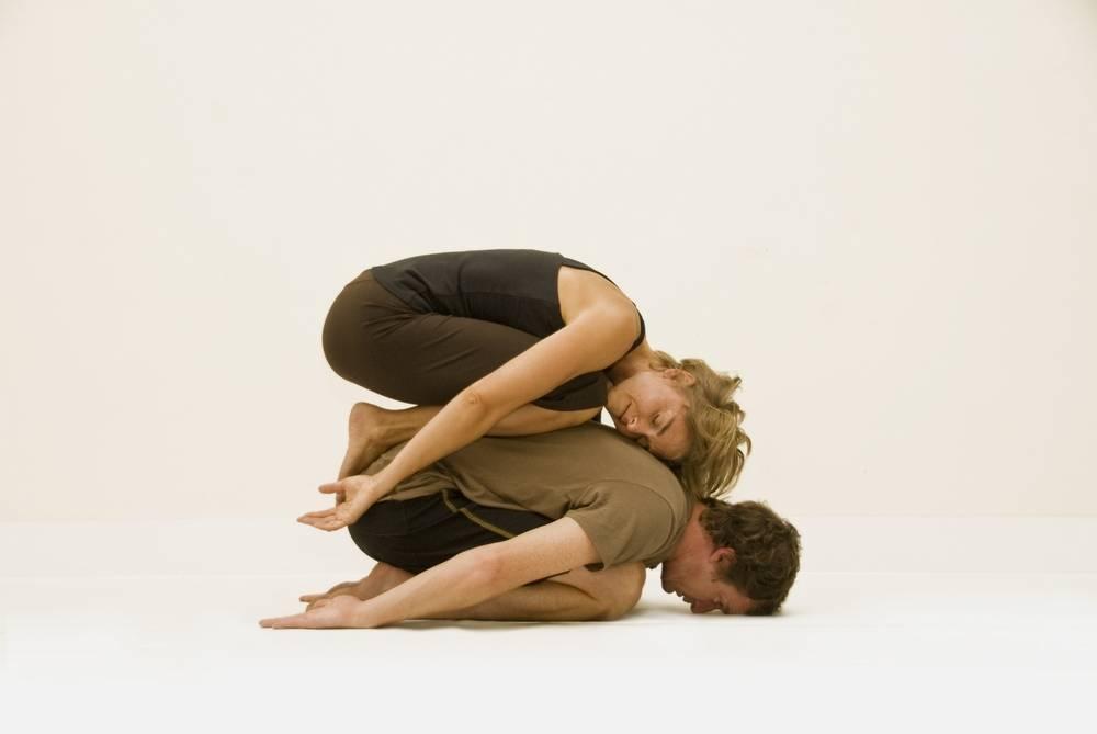 Йога для двоих начинающих, которая научит доверять партнеру | блог