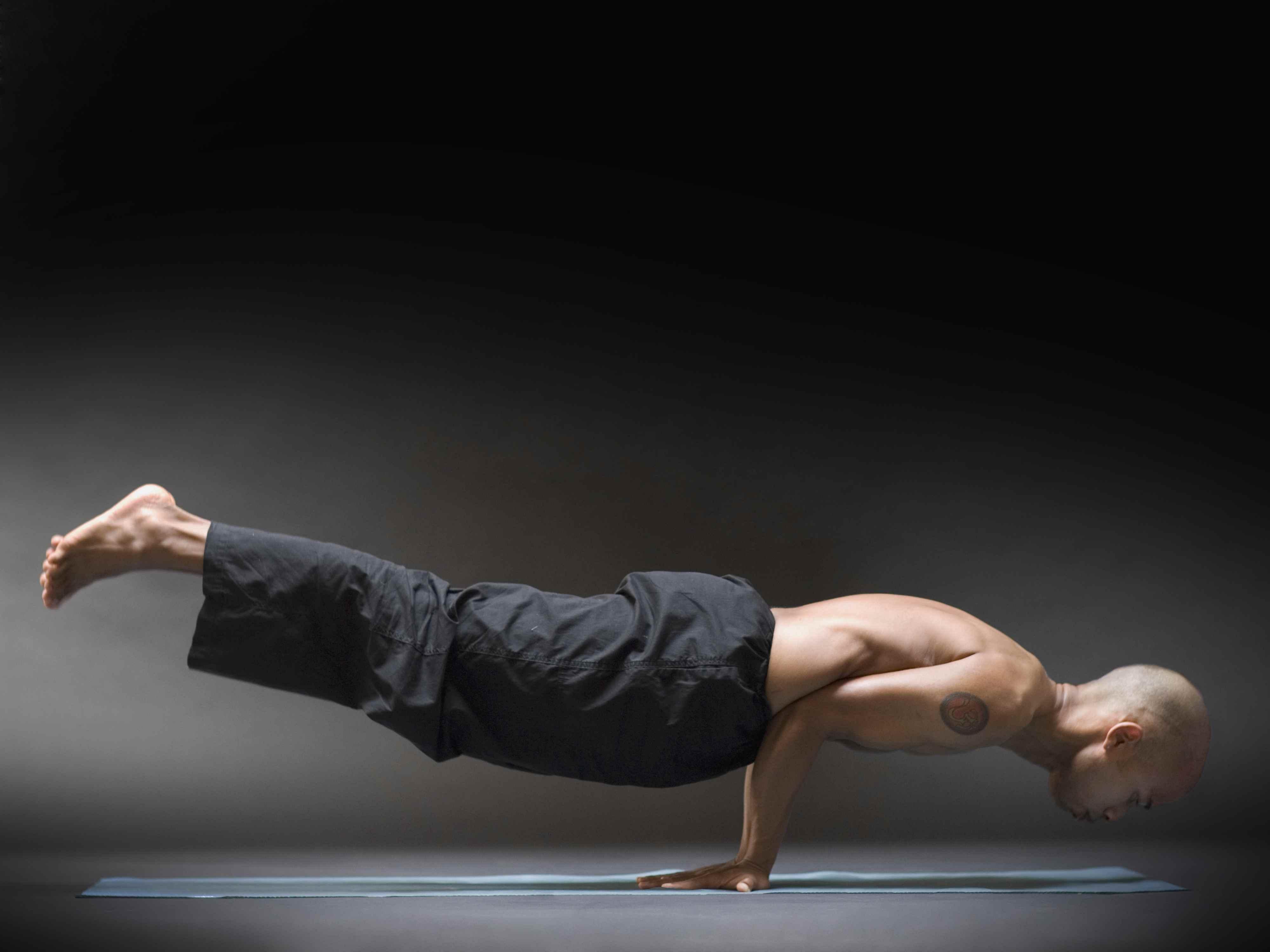 Стойка на предплечьях (пинча маюрасана): техника выполнения позы в йоге с фото и видео