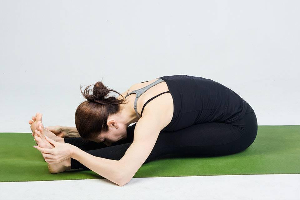 Трианг мукха эка пада пашчимоттанасана или наклон трех конечностей к вытянутой ноге в йоге: техника выполнения, польза, противопоказания