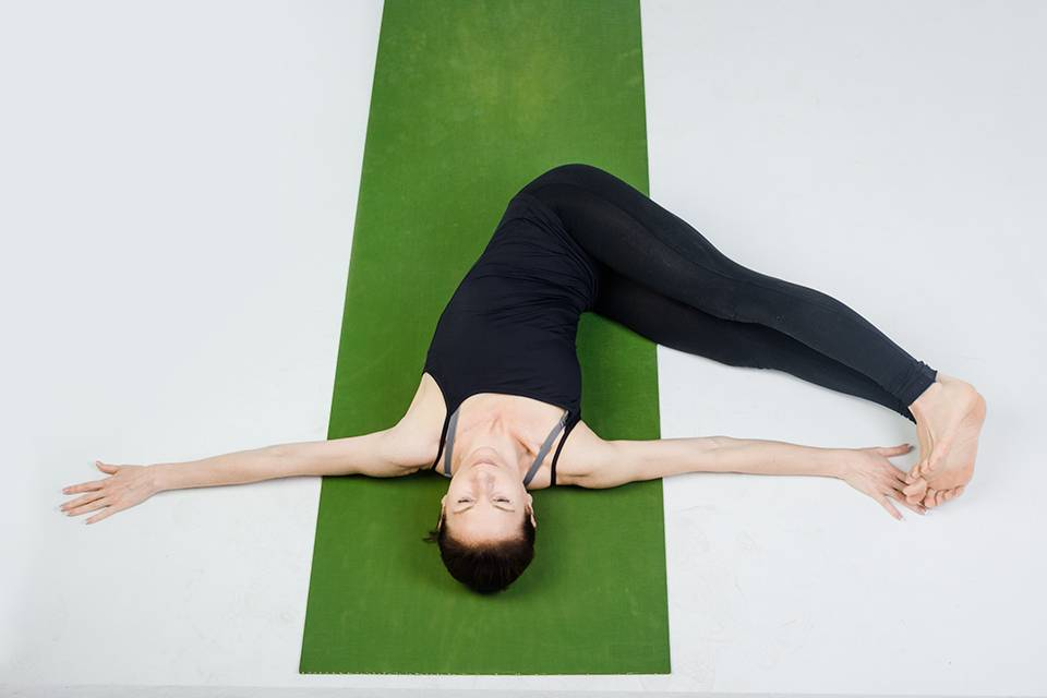 Тадасана (поза горы): техника выполнения асаны, а также ее польза и противопоказания в йоге
