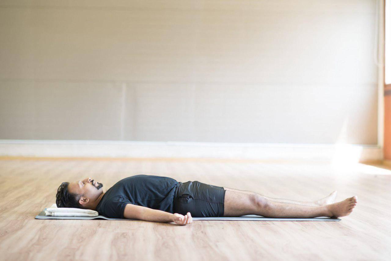 Шавасана (поза трупа в йоге): техника выполнения для глубокого расслабления