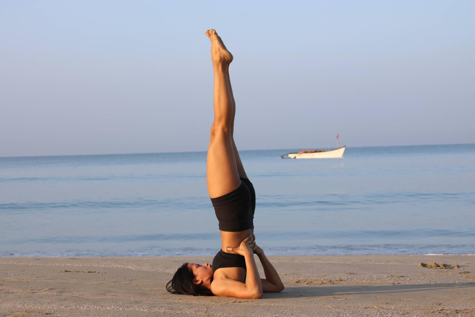 Йога для начинающих: 7 упражнений, которые легко сделать дома