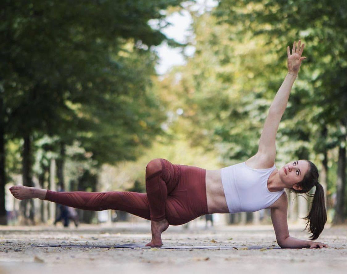 Асаны в йоге для начинающих: 10 безопасных и полезных асан в йоге на каждый день | courseburg