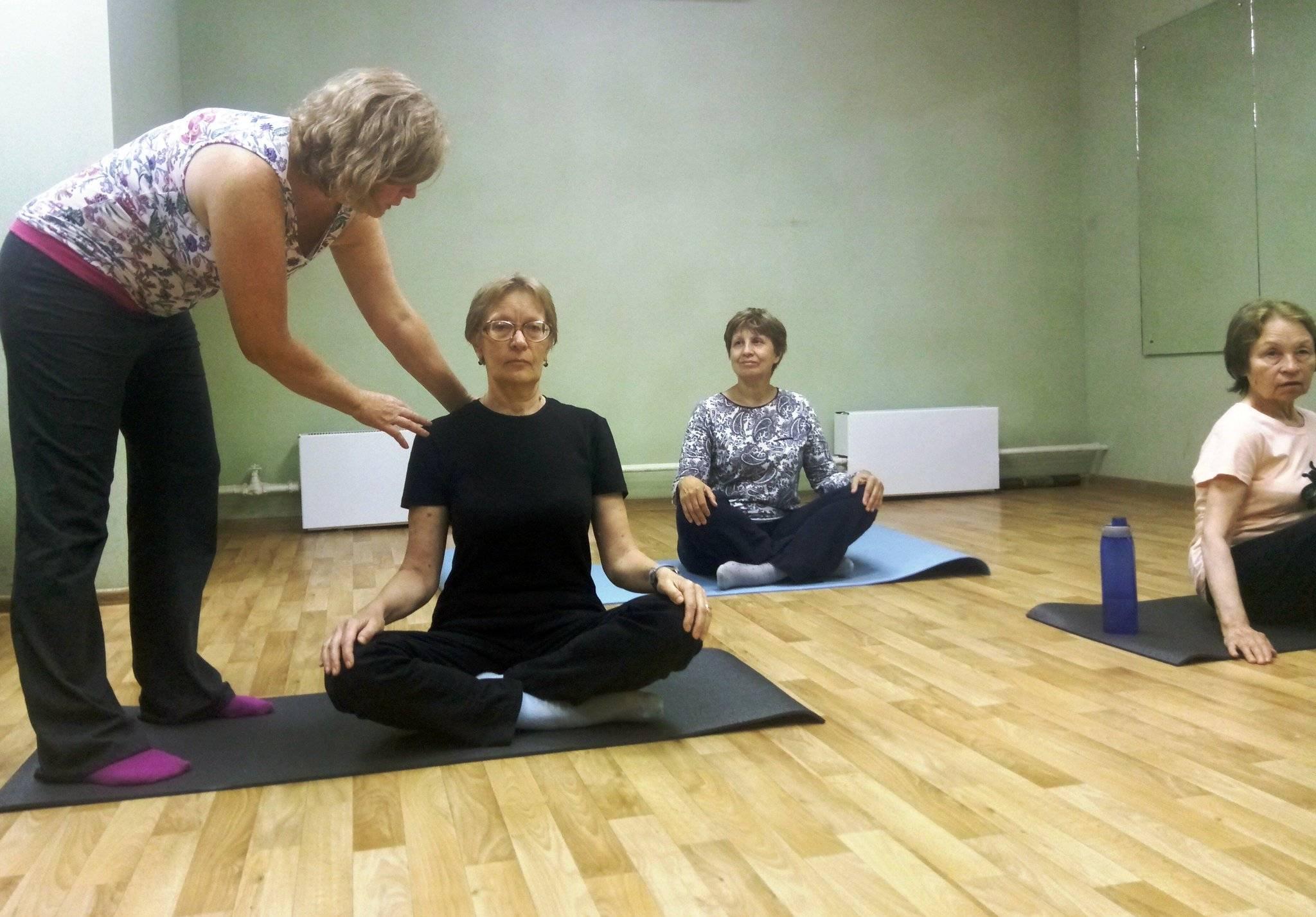 Йога для пожилых женщин и мужчин: комплекс упражнений для начинающих в домашних условиях