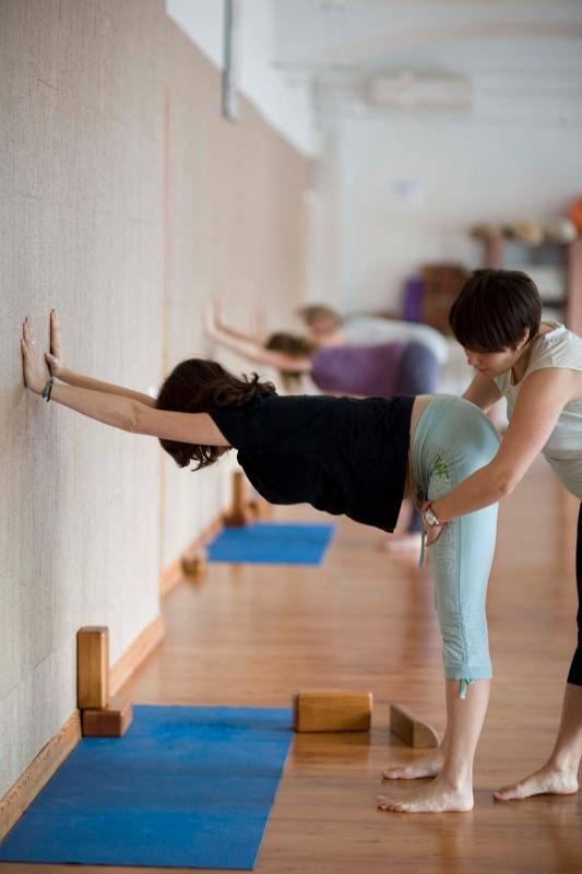 Йога при беременности (на 1, 2 или 3 триместре): можно ли заниматься, польза, упражнения и другие особенности + видео