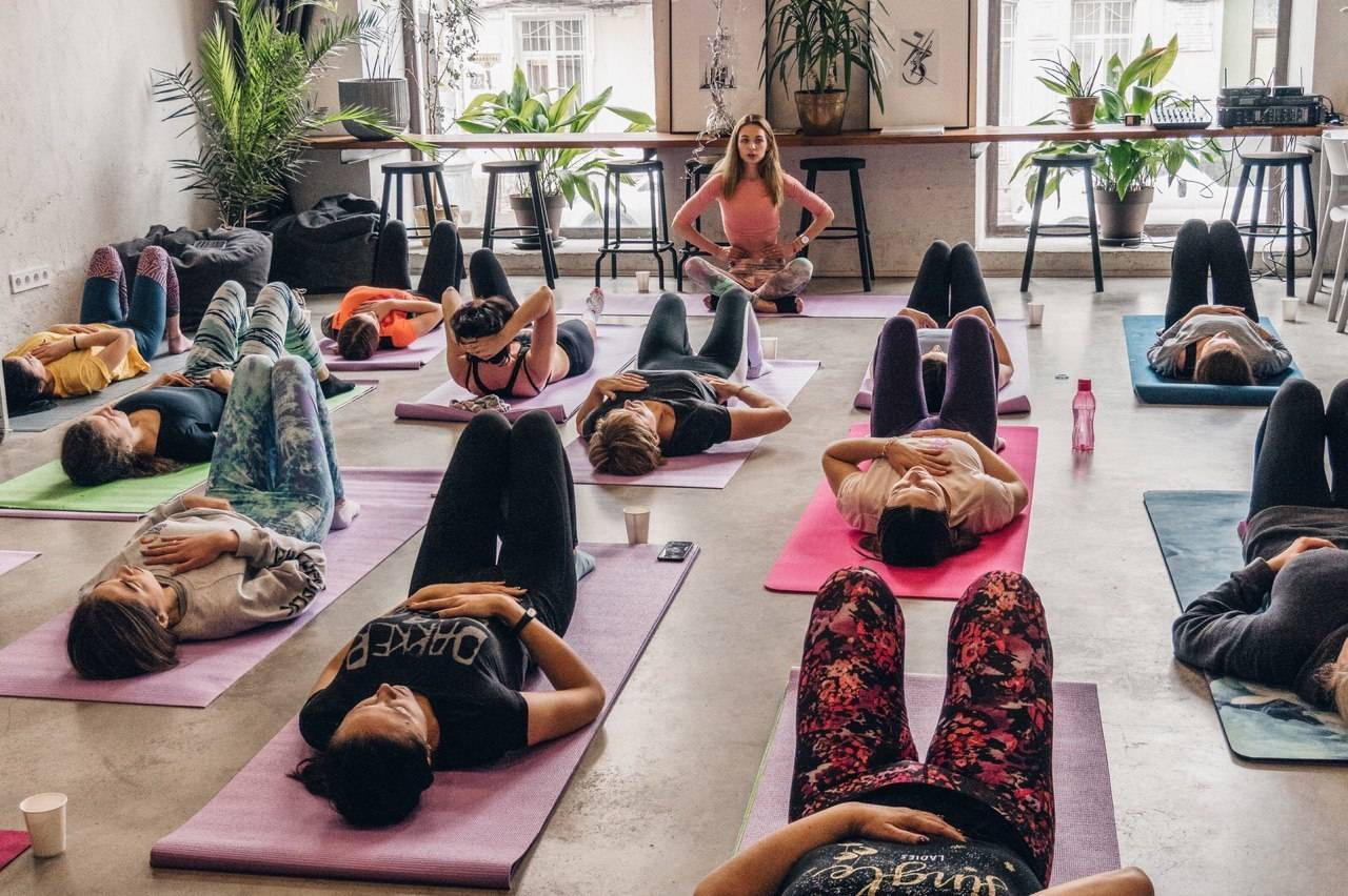 Лучшие онлайн-курсы йоги для начинающих: направления и цены на 2021 год