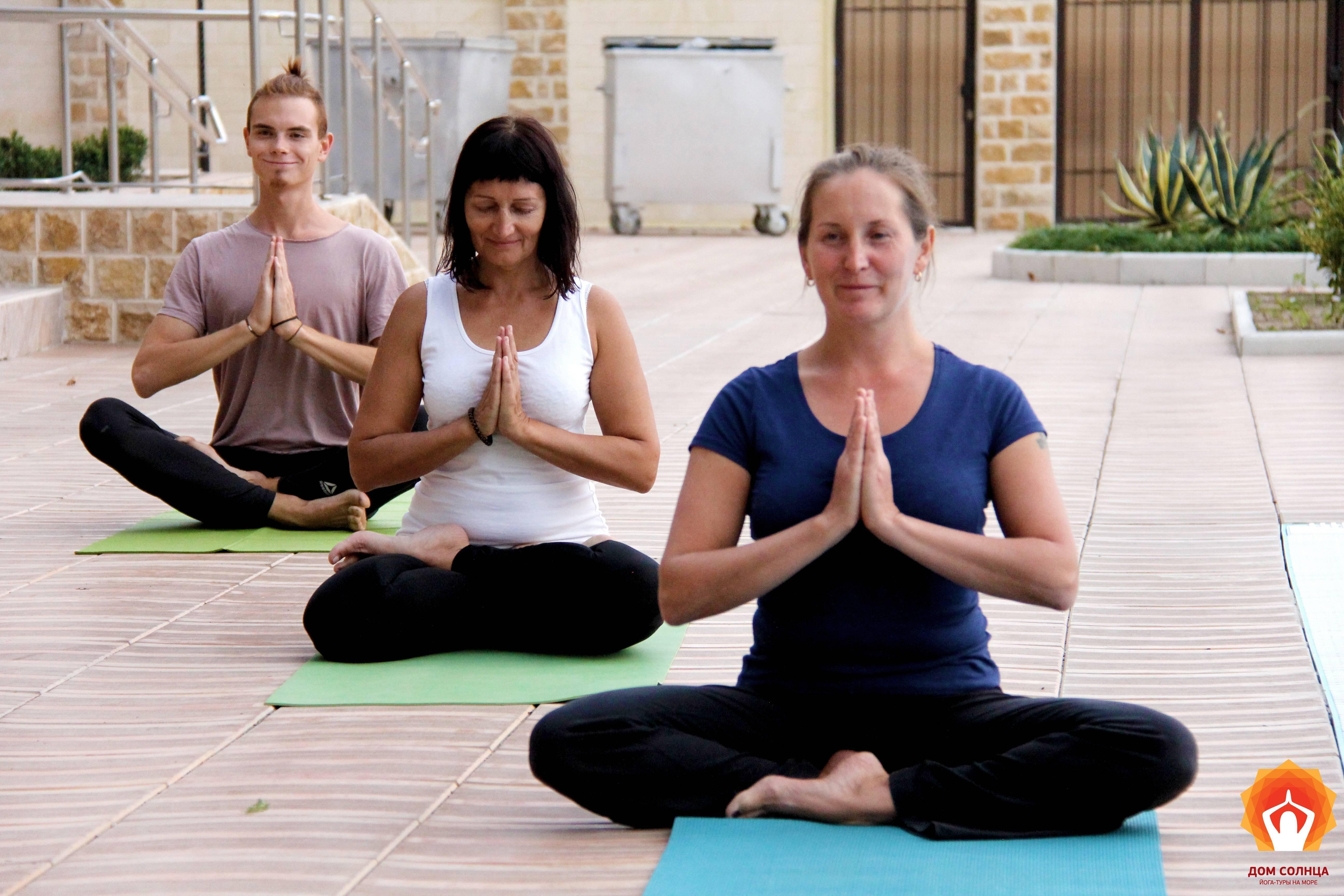 Звёзды в позе йоги
