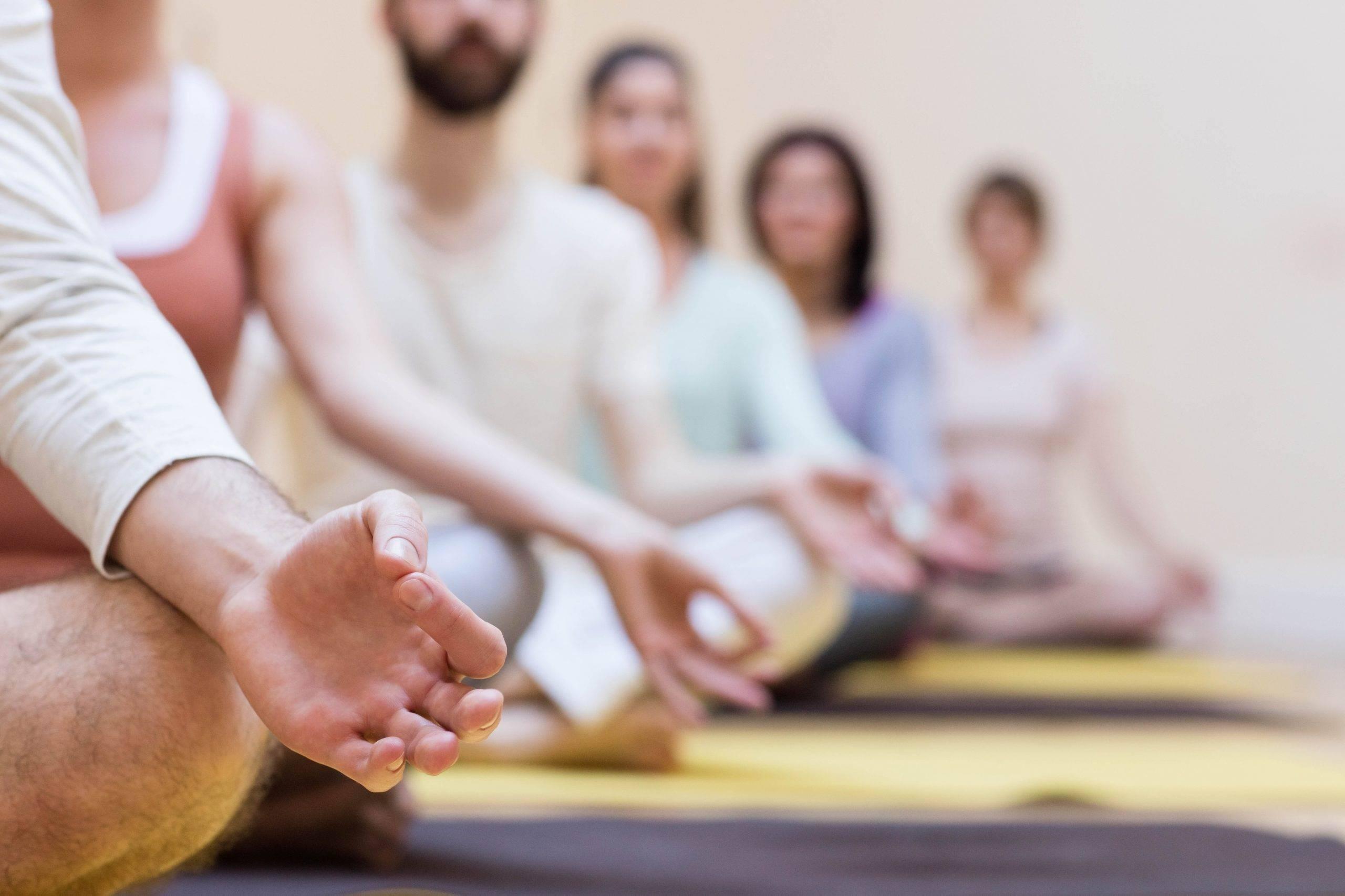 Йога для начинающих: хатха йога, кундалини, айенгар -  какой вид выбрать (описание и фото)   vogue russia
