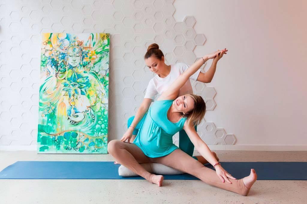 Йога для беременных по триместрам: что нужно знать?