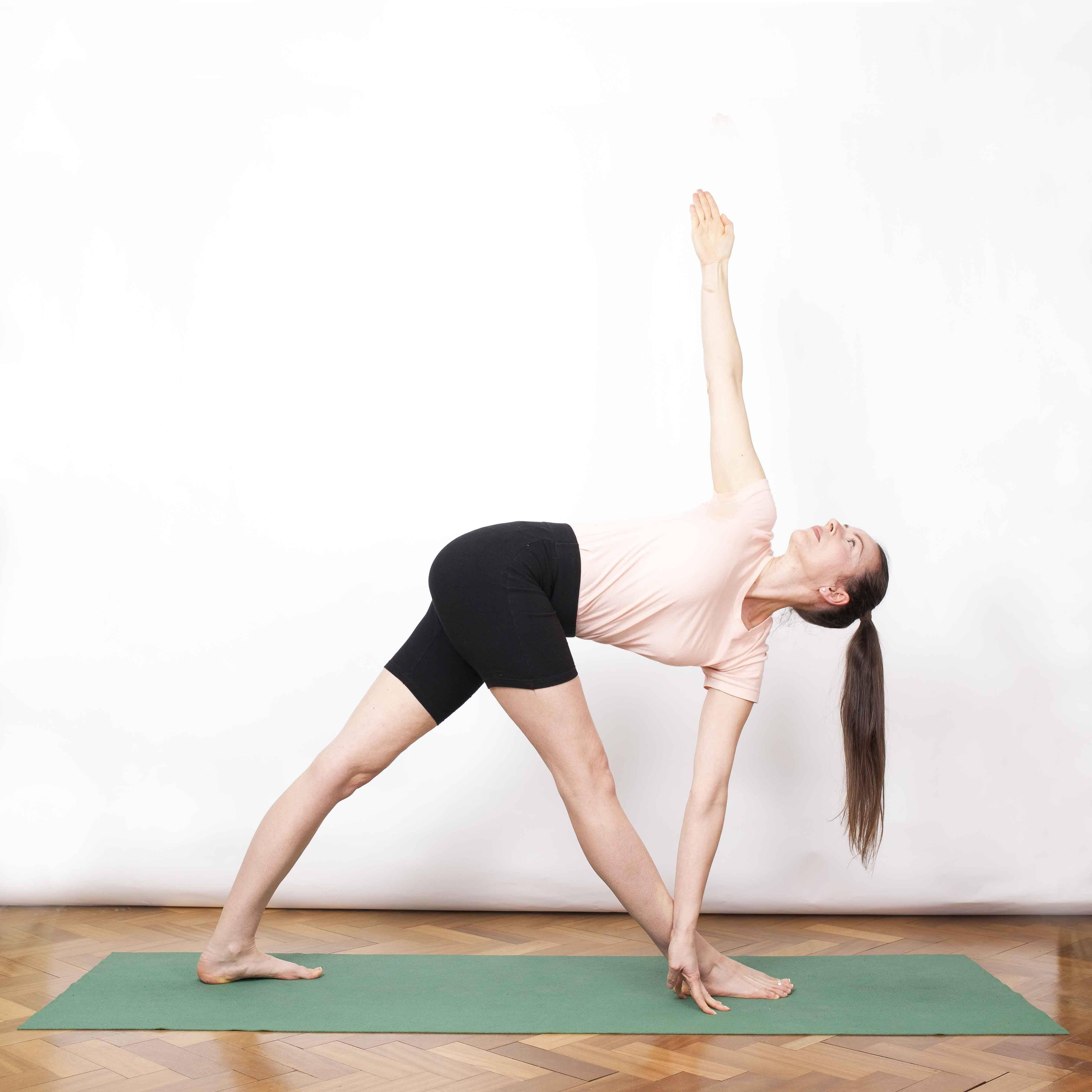 Уттхита триконасана или поза вытянутого треугольника в йоге: техника выполнения, польза, противопоказания