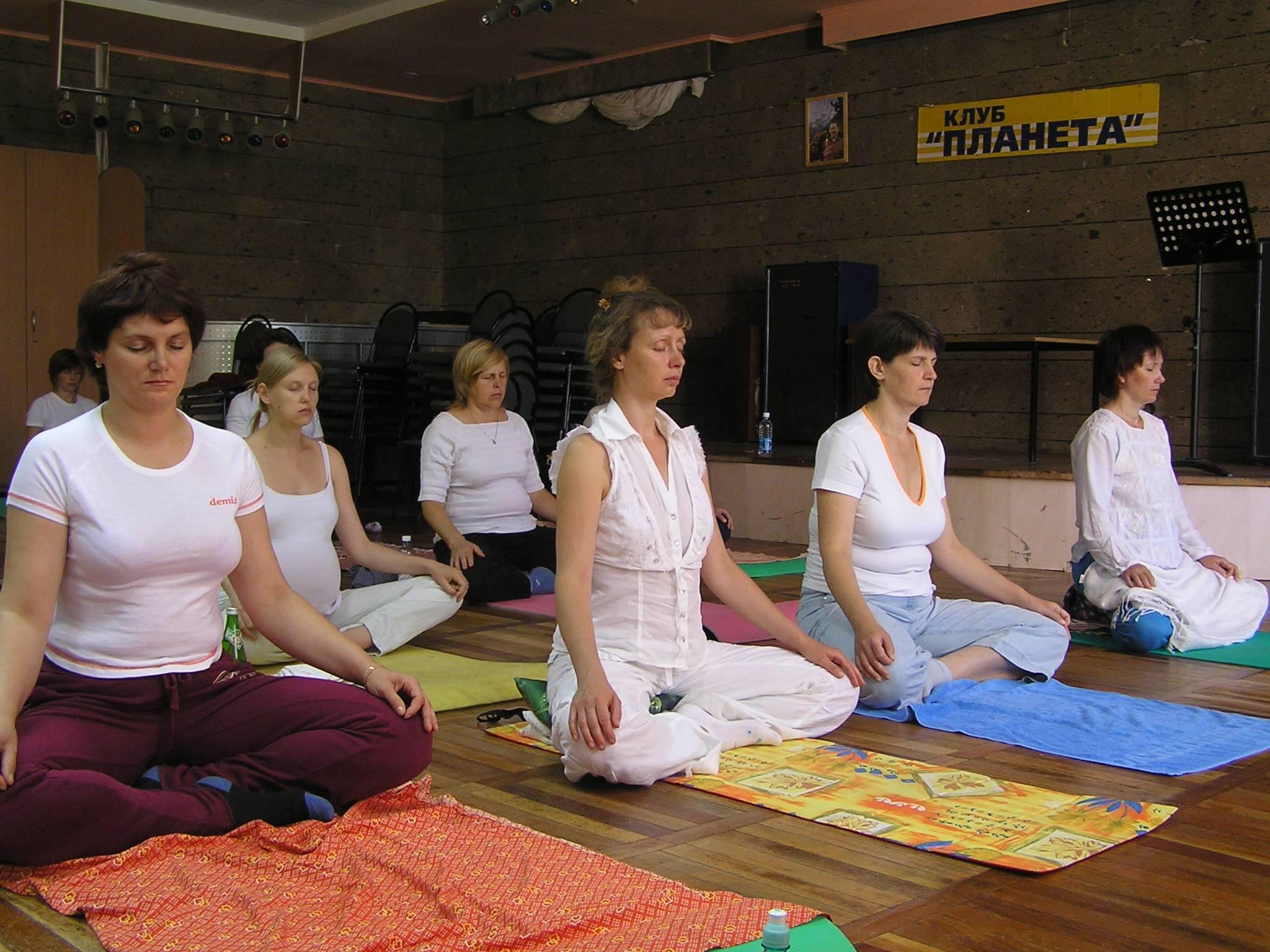 Подборка видео с уроками по йоге для начинающих в домашних условиях | yogamaniya