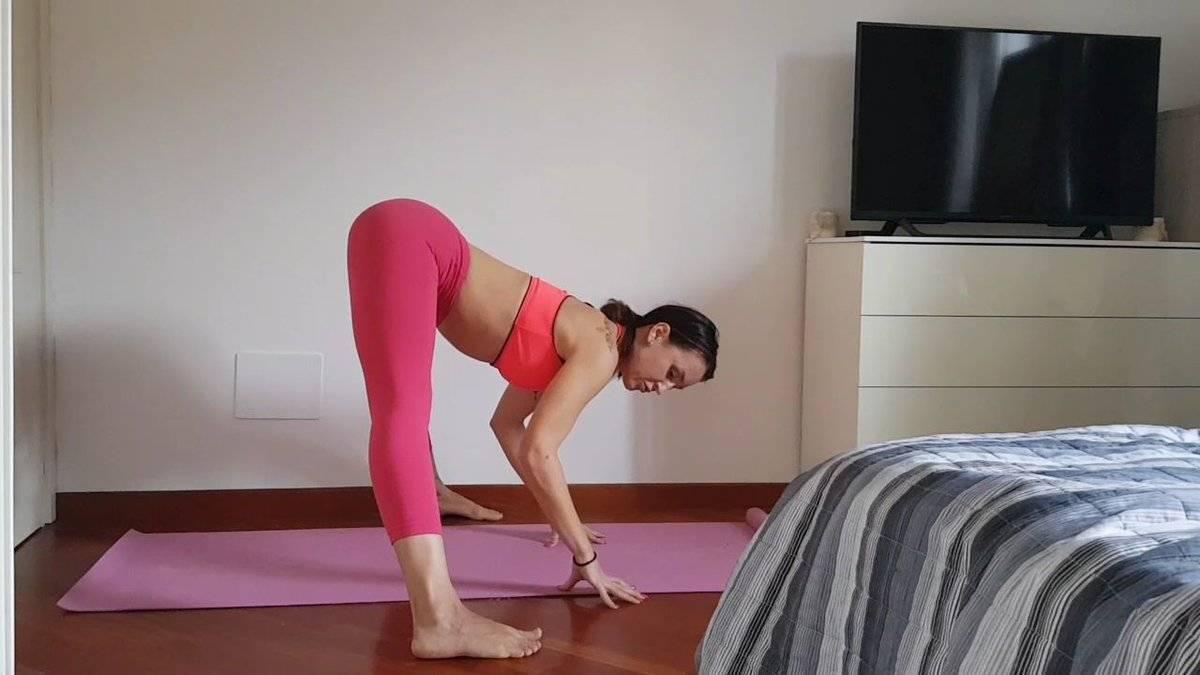 Железный пресс и сильная спина: выполняйте позу планки кумбхакасану каждый день