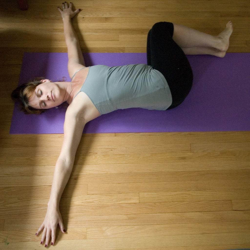 Вирабхадрасана (поза воина) в йоге: техника выполнения в трех вариациях и противопоказания (с фото и видео)