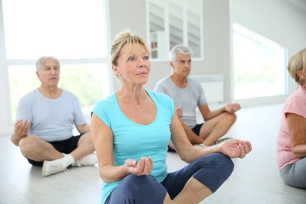 Йога для пожилых: правила занятий, 3 комплекса асан для начинающих